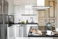 Saarekkeen ympärillä on mukava juoda aamukahvit. Korkeakiiltoiset keittiön kaapistot ovat HTH-keittiöiden mallistoa. Mustat tasot ovat helppo-hoitoista coriania. Kodinkoneet ovat Siemensin ja liesituuletin Savo Designin mallistosta.
