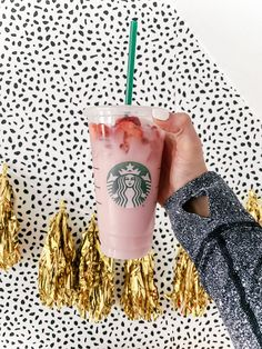 Portland Style and Beauty blogger Topknots and Pearls shares the perfect DIY Pink Drink Recipe Starbucks hack for you to enjoy at home and save money! Pink Drink Recipes, Pink Drinks, Tea Recipes, Yummy Drinks, Smoothie Recipes, Smoothies, Best Starbucks Drinks, Starbucks Hacks, Starbucks Recipes