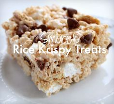 This S'mores Rice Krispy Treats Recipe is addicting! Two of your favorite tr… This S'mores Rice Krispy Treats Recipe is addicting! Two of your favorite treats together in one yummy recipe that everyone, young and old will Rave about! Best Rice Krispie Treats Recipe, Rice Crispy Treats, Yummy Treats, Sweet Treats, Recipe Treats, Chocolate Rice Crispy, Recipe Recipe, Chocolate Chips, Cookie Desserts