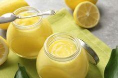 Crema de lămâie (lemon curd) este un desert tradițional englezesc. Are structura fină și consistența asemănătoare cu cea a cremei de ouă. Este dificil de imaginat micul dejun englezesc sau ceaiul lor de seară fără crema de lămâie. Britanicii o ung pe pâine prăjită și clătite, o folosesc ca umplutură pentru mini-tarte și anume această cremă reprezintă principalul element al celebrei tarte cu lămâie și bezea. Ea nu conține ingrediente rare și are un mod de preparare foarte simplu. INGREDIENTE… Panna Cotta, Peanut Butter, Cake Recipes, Deserts, Pudding, Fruit, Cooking, Ethnic Recipes, Food Cakes