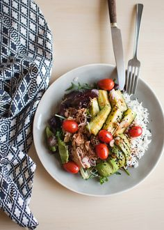 Sałatka z tuńczykiem, ryżem i awokado