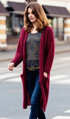 Lang strikjakke i vinrød Cardigans, Sweaters, Sweater Cardigan, Crochet, Inspiration, Knitting Ideas, Craft Ideas, Coats, Fashion