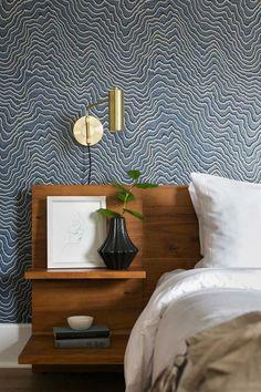 mid-century modern bedroom. headboard with built in shelves on the side #midcenturymodernbedroom