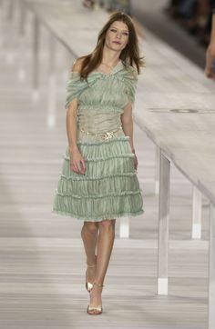 http://www.livingly.com/runway/Chanel/Paris Fashion Week Spring 2004/ddqZofCTEGa