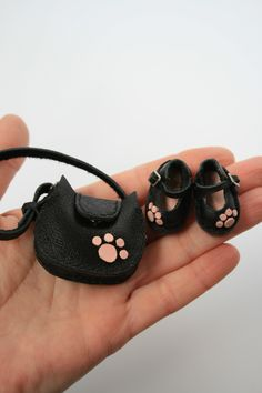 Excited to share this item from my shop: Blythe shoes and Blythe bag. Set for Blythe and Pullip doll. Leather cat shaped shoes and bag. Doll cat shaped shoes and doll bag. Diy Barbie Clothes, Doll Clothes, Cute Sewing Projects, Cute Couple Art, Sand Bag, Clay Dolls, Doll Shoes, Soft Dolls, Fabric Dolls