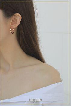 Kreolen haben die Fähigkeit, sowohl elegante, als auch lässige Outfits stylisch zu ergänzen. Diese Hoop Ohrringe in Roségold sind besonders geeignet dafür und verleihen einen mühelosen Style! Elegant, Gold, Pearl Earrings, Pearls, Chic, Jewelry, Style, Fashion, Casual Dress Outfits