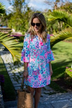 Ideas for how to wear a Lilly Pulitzer Del Lago Tunic Dress, a casual beach-friendly style featuring bell sleeves and a tassel tie at the neck. Adrette Outfits, Preppy Outfits, Preppy Mode, Preppy Style, Preppy Casual, Estilo Preppy, Moda Formal, Heather Grey, Ruffles