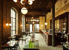 Muy apetecible estar ahí. El espacio tiene bastante altura. Interesante combinación de texturas tradicionales: azulejo, ladrillo visto, madera. Contemporáneo y sencillo.  Wythe-Hotel-williamsburg-brooklyn-yatzer-10.jpg 714×517 pixels
