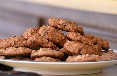Ropogós diós-zabpelyhes keksz. A sok rostot tartalmazó diós-zabpelyhes kekszből a diétázók is büntetlenül ehetnek.