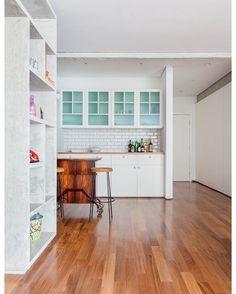 """837 curtidas, 3 comentários - Casa e Jardim (@casaejardim) no Instagram: """"Integrada à sala para receber amigos, a cozinha Na cozinha deste apartamento de 165 m² em São…"""""""