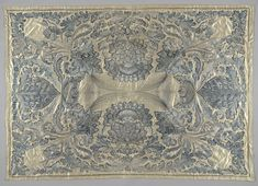 | Sprei van wit satijn, geborduurd met blauwe, witte en zwarte floszijde en met gouddraad, met wapenschild, c. 1710 - c. 1720 | Sprei van wit satijn met borduurwerk in blauw, wit en zwarte floszijde en met gouddraad. Het patroon heeft waaiervormige en spitsovale palmetten op de zijden; op de diagonalen een kleine lelie-vormige bloem, waaraan een leeg wapenschild aan een strik is opgehangen. De sprei hoort bij een bed (BK-1958-20-A) en gordijnen met lambrekijns (BK-1958-20-C).