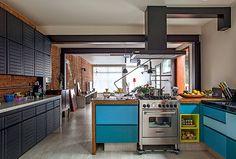 Cozinha | A bancada de madeira, da Madeira de Demolição, separa a área da sala de jantar - projeto CASA 14 Arquitetura