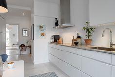 Witte greeploze keuken. Meer wooninspiratie op mijn interieurblog http://www.interieurinspiratie.nl/