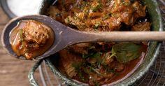 Szegediner Putengulasch mit Sauerkraut und Paprika. Ein ganzes Potpourri verschiedenster B-Vitamine verbirgt sich in dem kalorienarmen Gemüsegulasch.