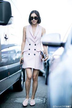 单穿淡粉长马甲裙+粉色牛津鞋让我着实眼前一亮,时髦又温柔,搭配的蓝棕粉棋格手包也是颜色搭配得恰到好处