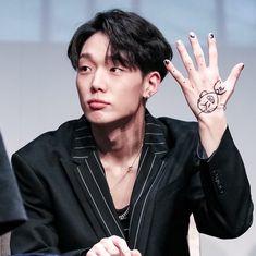 He has cute hands Kim Hanbin Ikon, Ikon Kpop, Chanwoo Ikon, Rapper, Ikon Member, Park Jinyoung, Double B, Fandom, Yg Entertainment