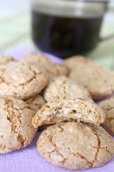 Getting in the spirit of Christmas is so simple with this easy almond macaroons recipe! They& quick to make and so delicious! Recipe For Almond Macaroons, Almond Biscotti Recipe, Macaroon Recipes, Coconut Macaroons, Almond Cookies, Almond Recipes, Sugar Cookies, Amaretti Cookies, Macaroon Cookies