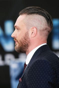 Peaky Blinders Haircut The Peaky Blinder's haircut is seething onto the men's hair scene. As the star of the hit Peaky Blinders TV show, huge numbers of you have surely. Undercut Men, Undercut Hairstyles, Cool Hairstyles, Hairstyle Ideas, Tom Hardy Haircut, Beard Haircut, Peaky Blinders, Tom Hardy Bart, Tom Hardy Dunkirk