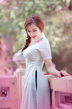 The best and worst skin care advice Vietnamese Traditional Dress, Vietnamese Dress, Traditional Dresses, Beautiful Chinese Girl, Beautiful Asian Women, Burning Man Girls, Poker Online, Ao Dai, White Girls