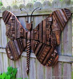 Mariposa hecha con recortes de madera de muebles en desuso.