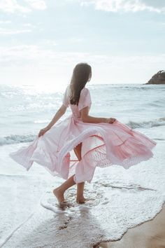The hippie chic long dress - thousand ideas how to adopt it Outfits In Weiss, Look Hippie Chic, Beach Photography Poses, Spring Photography, Mode Rose, Pink Summer, Beach Girls, Beach Dresses, Beach Photos
