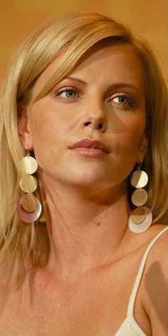 She's the question and the answer. Charlize Theron Oscars, Atomic Blonde, Actress Photos, Sensual, Beautiful Actresses, Hollywood Actresses, Girl Photos, American Actress, Pretty Woman