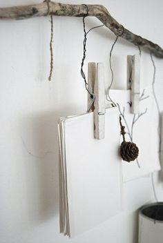 Décoration originale à fixer au mur pour accrocher des dessins, cartes postales, photo. Il faut du bois flotté, de la ficelle ou du fil de fer et des pinces à linges.