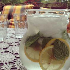 Jedyny dziś ratunek... ☀️ #gastrookno #summer #hot #cool #water #lemon #mint #ice #ice #ice #ratunek #skwar #słoneczko #orzeźwienie #gastrogarden #ogród #sunny #garden #fresh #drink