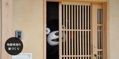 くまモンが木造住宅にいる画像