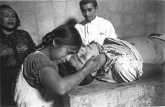 Mothers saying goodbye to her son after he was murdered. Mexican Art, Mexican Style, Funeral Photography, Chola Style, Mexican Revolution, Mexican Heritage, Arte Popular, Interesting History, Documentary Photography