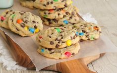 Perfect M and M Cookies - secret ingredient = vanilla pudding.for some reason Mnm cookies taste a lot better than regular old chocolate chip cookies! Just Desserts, Delicious Desserts, Yummy Food, Tea Cakes, Cookie Recipes, Dessert Recipes, Yummy Cookies, M N M Cookies, Shortbread Cookies