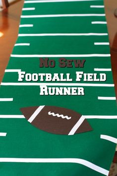NO Sew Football Field Runner Tutorial Get ready for your Super Bowl party with this easy DIY tutorial Football Centerpieces, Football Party Decorations, Football Crafts, Football Themes, Football Snacks, Football Decor, Football Parties, Tailgate Parties, Banquet Centerpieces