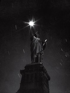 Andreas Feininger,The Statue of Liberty photographed during a blackout in 1942