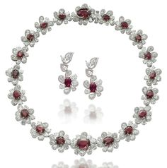 AN IMPRESSIVE SET OF RUBY AND DIAMOND JEWELLERY (necklace 46,1 cm, ear pendants 3,5 cm)