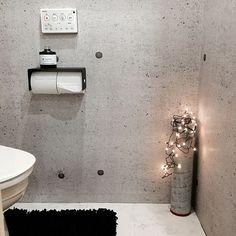 女性で、、家族住まいの白黒/COLONY2139/ブラック/ホワイト/モノトーン/DIY…などについてのインテリア実例を紹介。「今日は朝からトイレの壁紙を張り替えました♪ 頑張ったけど天井と棚が出来なかった(≧∇≦) 以前DIYしたコンクリートのキャンドルホルダーに小さなランプを入れてみました♪♪」(この写真は 2015-08-06 22:07:46 に共有されました)