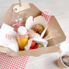 Box welcome morning Picnic Box, Picnic Lunches, Craft Packaging, Food Packaging Design, Snack Box, Lunch Box, Breakfast Basket, Charcuterie And Cheese Board, Party In A Box