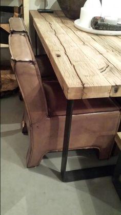 Tafel van wagdelen en stoelen van buffelleer. Bij Lijn M.