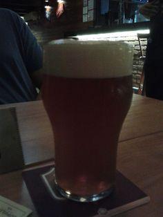 Cerveja 18 de Forte, estilo India Pale Ale (IPA), produzida por Cervejaria Motim, Brasil. 6% ABV de álcool.