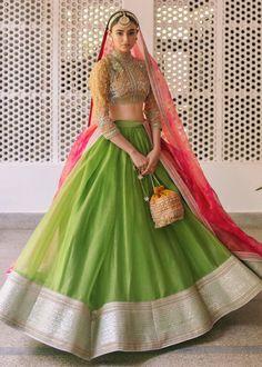Bridal Mehndi Dresses, Indian Wedding Gowns, Bridal Dresses Online, Bridal Outfits, Latest Bridal Lehenga, Designer Bridal Lehenga, Pakistani Bridal Dresses, Lehenga Saree Design, Bridal Lehenga Choli