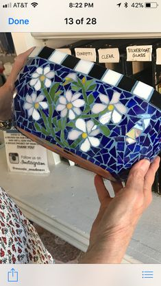 Blue background makes the white flowers pop. Mosaic Planters, Mosaic Vase, Mosaic Flower Pots, Mosaic Wall Art, Mosaic Garden, Mosaic Rocks, Pebble Mosaic, Mosaic Crafts, Mosaic Projects