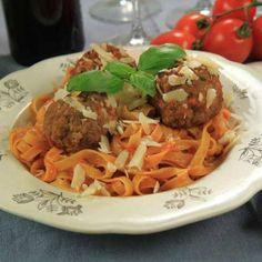 Spagetti med stora köttbullar i tomatsås