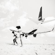 des avions et une plage