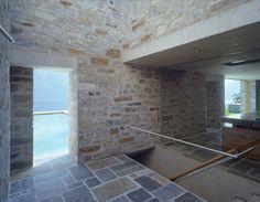 C'est en Suisse, dans la commune de Locarno, que cette magnifique maison en pierre a vu le jour grâce aux architectes de Wespi De Meuron Romeo. Construite