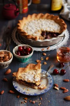 Tarta de almendra rellena de cerezas y frangipane