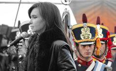 La Presidenta expresa su homenaje al héroe de Malvinas Roberto Mario Fiorito. Tras ella, la guardia de Granaderos de la Casa Rosada.