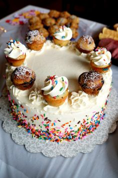 cupcake or stud-muffin gender reveal cake | The Baking Fairy