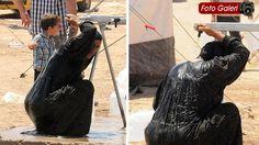 mülteci kadınlar elbiseleri ile banyo yapıyorlar