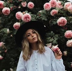 Cool and tomboy meets pretty and flowery. Photography Poses Women, Senior Photography, Photography Tips, Portrait Photography, Ideas Para Photoshoot, Creative Pictures, Cool Senior Pictures, Foto Casual, Spring Photos