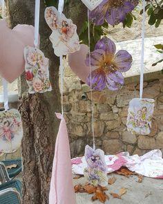 La tematica de esta deco fueron las hadas, corazones de tela y madera, ilustraciones de hadas de Cecili Baker, y flores de fantasia para esta  zona de arboles, espero os guste!#decodivertidas#decohadas#decoarboles#decolove#floresfantasia#arbolescreativos#greenpeople#floresritatui# Deco, Instagram, Fabric Hearts, Faeries, Wood, Illustrations, Flowers, Decor, Deko