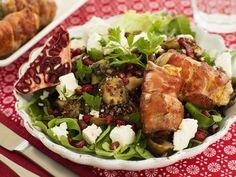 Grüner Salat Speckrouladen, Ziegenfrischkäse und Granatapfel | Zeit: 30 Min. | http://eatsmarter.de/rezepte/gruener-salat-speckrouladen-ziegenfrischkaese-und-granatapfel